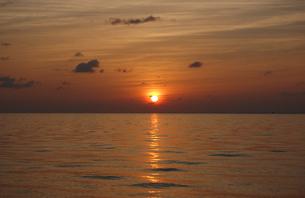 水平線に落ちる夕日の写真素材 [FYI02985533]