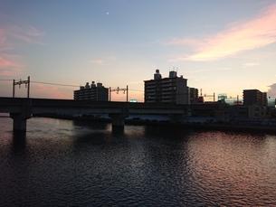 川べりの夕べの写真素材 [FYI02985535]