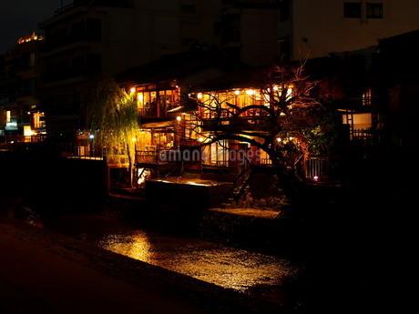 川面と灯りの写真素材 [FYI02985548]