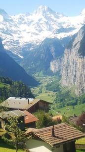 スイス ユングフラウ地方 ヴェンゲン~ラウターブルーネン 谷 1の写真素材 [FYI02985556]