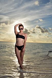 宮古島/夕景のビーチでポートレート撮影の写真素材 [FYI02985626]