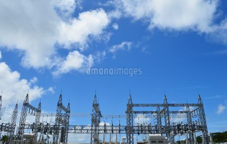 快晴の青空と変電施設の写真素材 [FYI02985659]