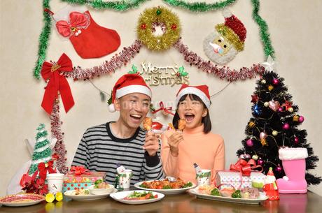 クリスマスパーティーを楽しむ親子の写真素材 [FYI02985667]