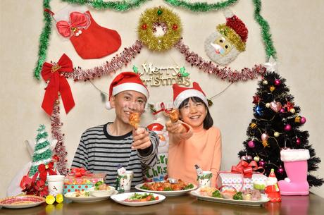 クリスマスパーティーを楽しむ親子の写真素材 [FYI02985669]