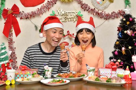 クリスマスパーティーを楽しむ親子の写真素材 [FYI02985670]