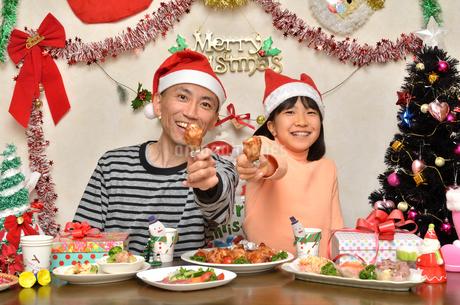 クリスマスパーティーを楽しむ親子の写真素材 [FYI02985671]