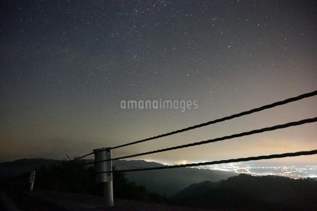 星空と夜の街の写真素材 [FYI02985683]