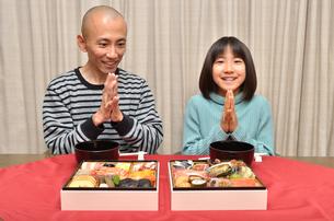 おせち料理を食べる親子の写真素材 [FYI02985698]