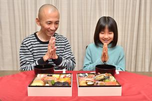 おせち料理を食べる親子の写真素材 [FYI02985699]
