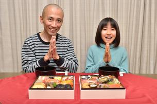 おせち料理を食べる親子の写真素材 [FYI02985700]