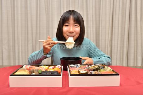 お雑煮を食べる女の子(おせち料理)の写真素材 [FYI02985712]