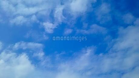 青空に浮かぶ雲の写真素材 [FYI02985726]