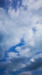流れる雲(縦)の写真素材 [FYI02985728]