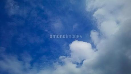 青い空と白い雲の写真素材 [FYI02985729]