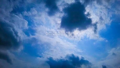 雲の間からのぞく太陽の光の写真素材 [FYI02985731]