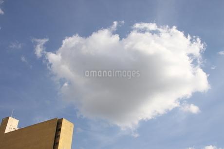 サンパウロの空に浮ぶハート型の雲の写真素材 [FYI02985746]