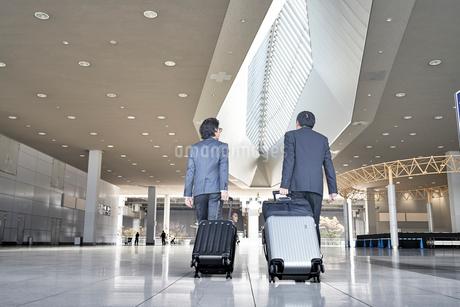 空港でキャリーケースを引くサラリーマンの写真素材 [FYI02985976]