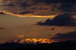 夕暮れの空の光る雲の写真素材 [FYI02986050]