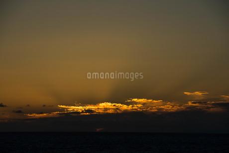 夕暮れの空の光る雲の写真素材 [FYI02986051]