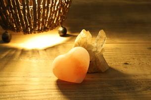 ハート型の岩塩の写真素材 [FYI02986275]