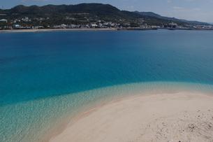エメラルドグリーンの海と白い砂浜の対岸に島の写真素材 [FYI02986300]