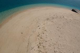 エメラルドグリーンの海と白い砂浜を見下ろすの写真素材 [FYI02986301]