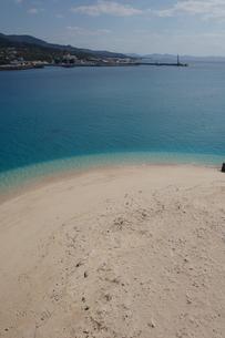 エメラルドグリーンの海と白い砂浜の対岸に島の写真素材 [FYI02986302]
