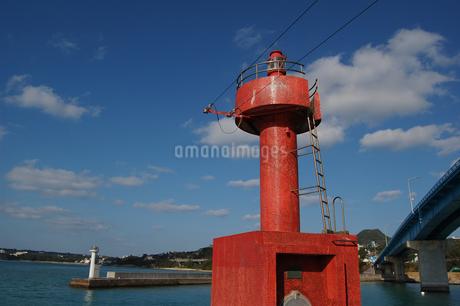 表面が赤タイルの灯台の写真素材 [FYI02986303]