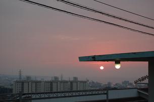 夕暮れの太陽と丸い街灯の写真素材 [FYI02986306]
