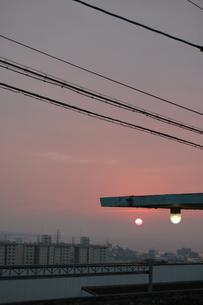 夕暮れの太陽と丸い街灯の写真素材 [FYI02986307]