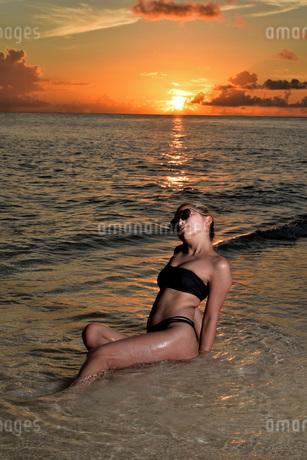 宮古島/夕景のビーチでポートレート撮影の写真素材 [FYI02986325]