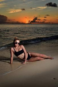 宮古島/夕景のビーチでポートレート撮影の写真素材 [FYI02986333]