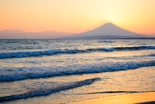 神奈川県 鵠沼海岸より夕暮れの富士山の写真素材 [FYI02986387]