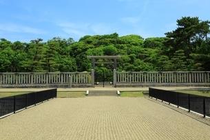 仁徳天皇陵古墳の拝所の写真素材 [FYI02986396]