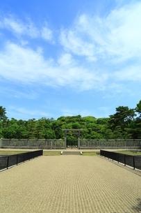 仁徳天皇陵古墳の拝所の写真素材 [FYI02986397]