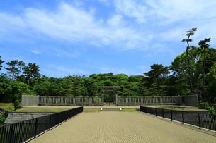 仁徳天皇陵古墳の拝所の写真素材 [FYI02986398]