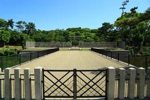 仁徳天皇陵古墳の拝所の写真素材 [FYI02986411]
