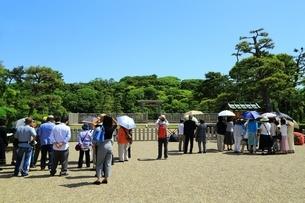 仁徳天皇陵古墳の拝所と観光客の写真素材 [FYI02986419]