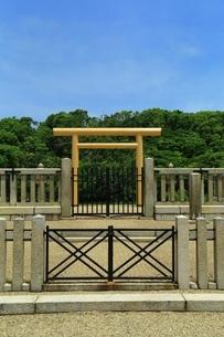 履中天皇陵古墳の拝所の写真素材 [FYI02986425]