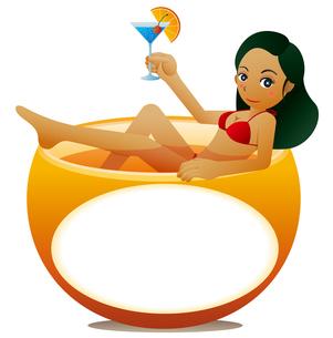 オレンジの浴槽でカクテルを飲むキュートな女性。メッセージボード。のイラスト素材 [FYI02986703]