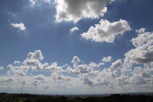サンパウロの夏の青空と雲の写真素材 [FYI02986879]