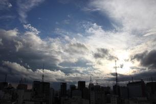 サンパウロの夏の青空と雲の写真素材 [FYI02986913]