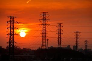 鉄塔と夕日の写真素材 [FYI02986967]
