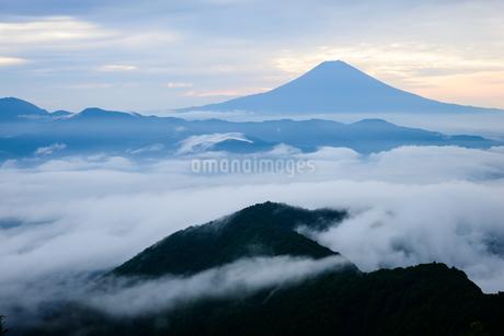 雲海の向こうの富士山の写真素材 [FYI02987144]