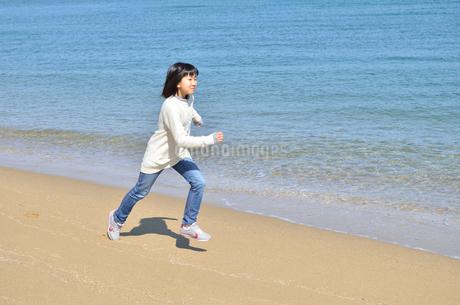 海岸を走る女の子の写真素材 [FYI02987255]