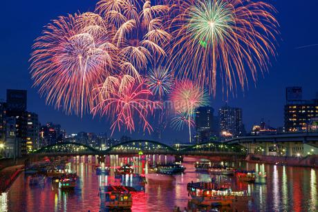 隅田川花火大会(合成イメージ)東京都蔵前橋の写真素材 [FYI02987287]