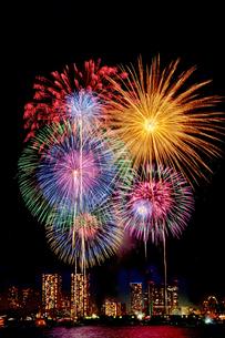 東京湾に打ち上がる花火(背景のビル群は晴海界隈)の写真素材 [FYI02987322]