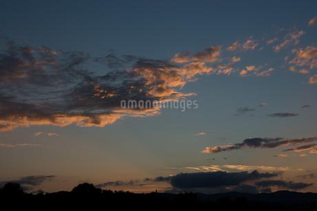 光る夕焼雲の写真素材 [FYI02987467]
