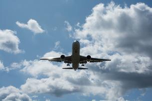 着陸態勢のジェット旅客機の写真素材 [FYI02987468]
