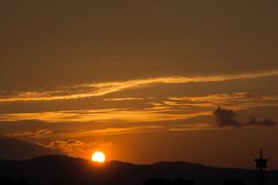 山並みに沈む夕陽の写真素材 [FYI02987476]
